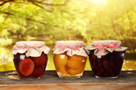 jak-zachowac-lato-na-zime-–-owoce-zamkniete-w-sloikach-i-butelkach2